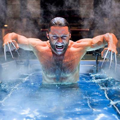 Wolverine (Hugh Jackman) saliendo de un baño revitalizante post adamantium