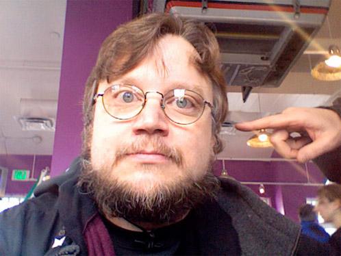 Guillermo del Toro siento apuntado por un dedo de Alfonso Cuarón