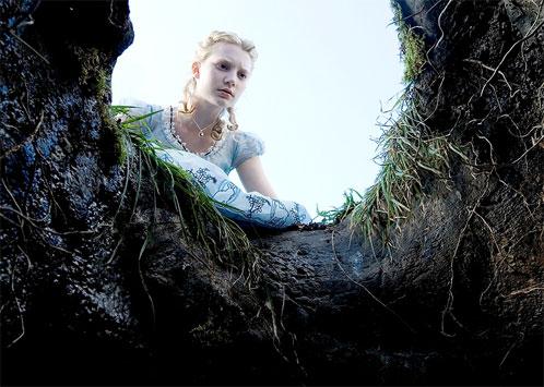 Alicia asomada a la entrada al País de las Maravillas