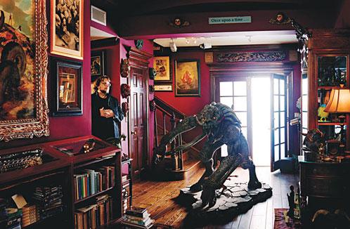Guillermo del Toro en la casa de LA que tiene dedicada a sus colecciones
