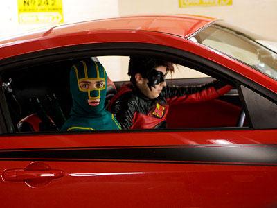 Red Mist (Christopher Mintz-Plasse) conduciendo junto a Kick-Ass (Aaron Johnson)