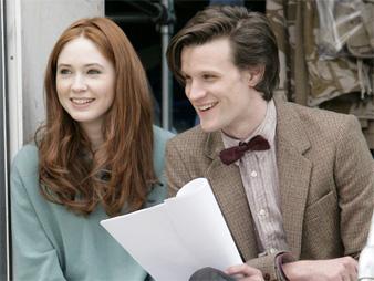 """Karen Gillaim y Matt Smith (espiga y pajarita) en """"Doctor Who"""""""