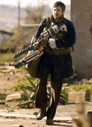 Sharlto Copley con ¿un arma alienígena?