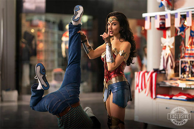 Wonder Woman verificando la talla de las zapatillas del villano de turno